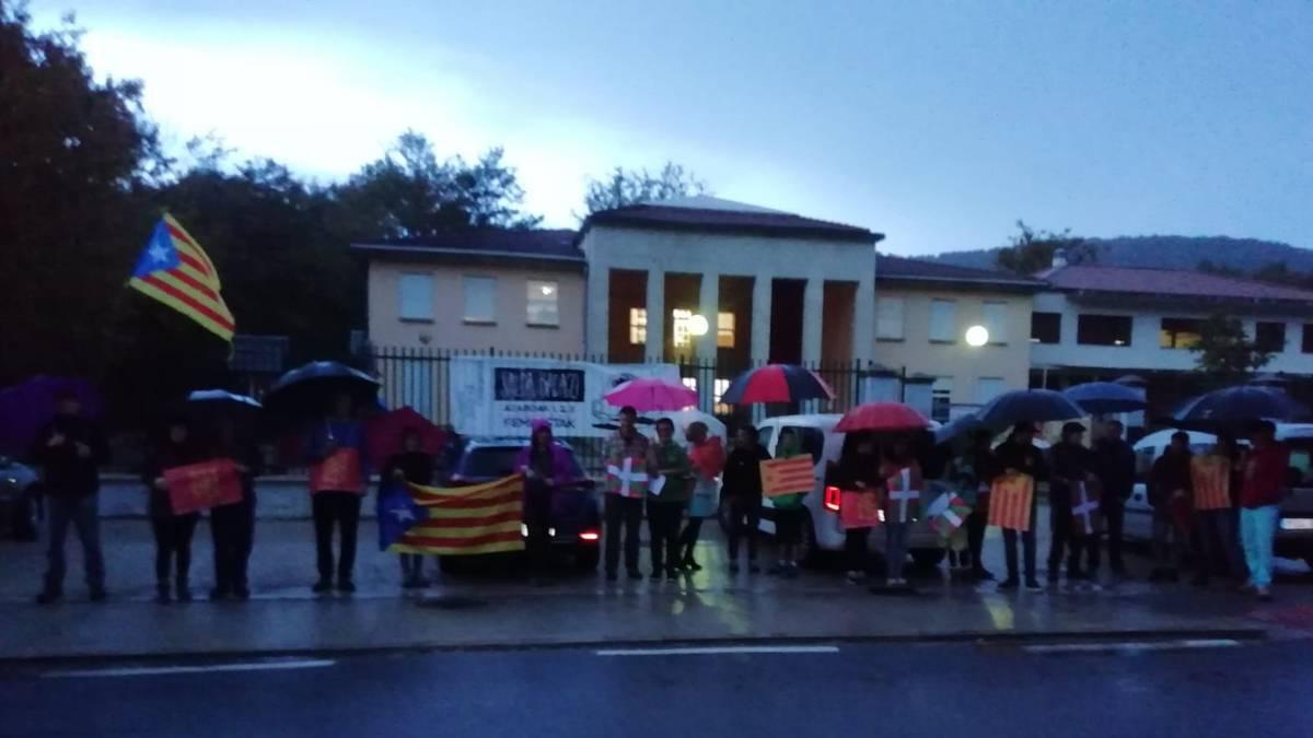 Kontzentrazioa egin zuten Jauntsaratsen, kataluniako procésaren aurkako epaia gaitzesteko